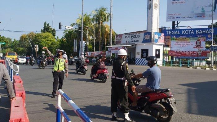 Suasana penutupan akses masuk Kota Tegal di Jalan Raya Karanganyar, Rabu (7/7/2021).