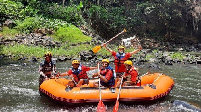 Wisatawan menikmati rafting di aliran Curung Bengkawah (Cubeng) di Desa Sikasur, Kabupaten Pemalang, Jawa Tengah.