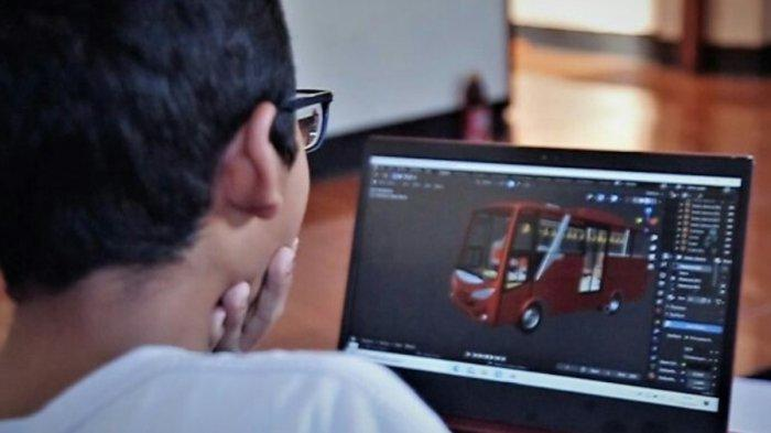 Maratama Arizka Putra (14), siswa kelas 8 SMP IT Lukman Al Hakim, Slawi, yang memiliki keahlian dan kreatifitas unik menyulap kardus bekas menjadi aneka miniatur kendaraan serta bakat seni lainnya, saat sedang membuat salah satu karya.