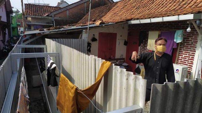 Takut Tertular Virus Corona Warga Banyumas Ini Tutup Rumahnya Dengan Pagar Seng, Hingga Pasang CCTV