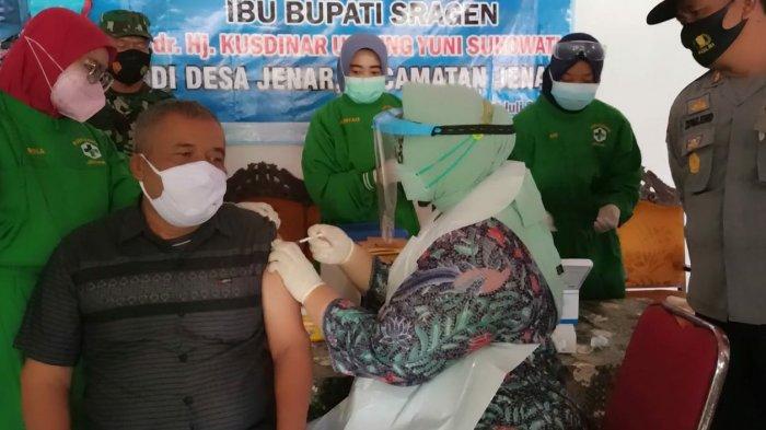 Sering Berulah, Kades Samto Jadi Duta Vaksinasi Warga Jenar, Disuntik Langsung oleh Bupati Sragen