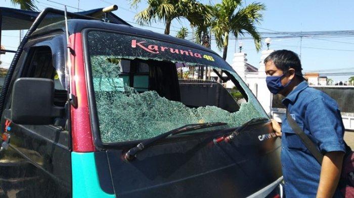 Kaca Mobil Pikap Sumpeno Dilempar hingga Pecah di Jalan Raya Kaliwungu Kendal