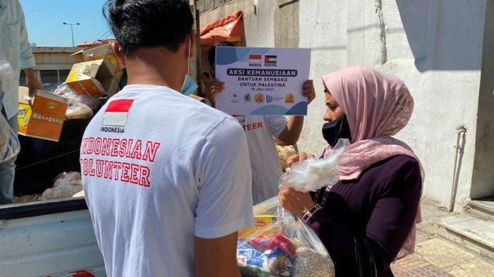 Relawan menyerahkan secara langsung bantuan kemanusiaan yang dihimpun SNNU bersama Yayasan Masjid Al Istiqomah Giriloka BSD dan Witjaksono Foundation kepada warga Palestina, kemarin.