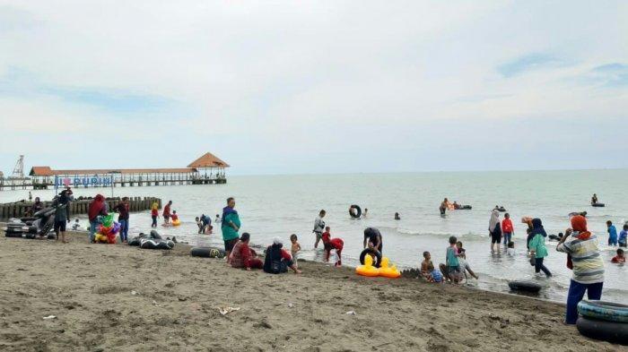 Suasana di objek wisata Purwahamba Indah (Pur'in) pada Minggu (1/11/2020). Pengunjung memadati area pantai dan ada juga yang hanya menikmati angin pantai di sekitar lokasi.