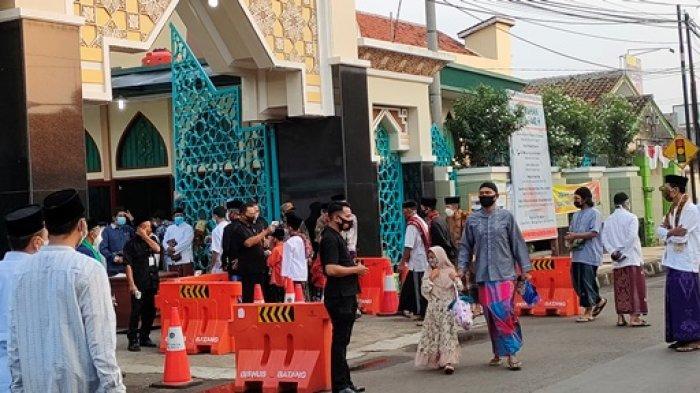 Jamaah Salat Ied di Masjid Agung Darul Muttaqin Batang Diberi Jarak 1,5 Meter