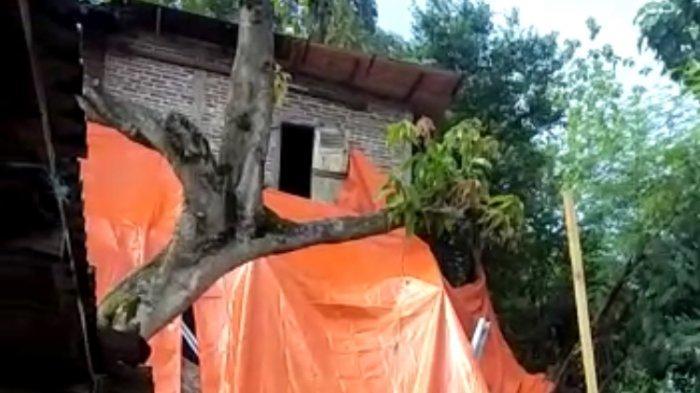 Hujan Semalam, Teras Rumah Milik Warga Lempongsari Semarang Ini Ambles Sedalam Sekitar 3 Meter
