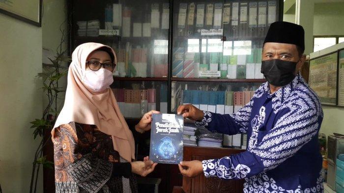 Tim PKM UT Semarang Beri Pelatihan Pengelolaan Perpustakaan Digital di MA Nurussalam Mangkang