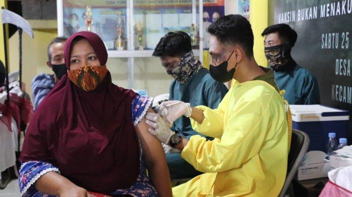Jajaran Polres Kendal melakukan vaksinasi malam hari disertai dengan sejumlah petugas yang mengenakan kostum horor untuk menarik antusias masyarakat, Sabtu (25/9/2021) malam di Balai Desa Poncorejo, Kecamatan Gemuh, Kendal.