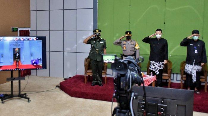 Wakil Bupati Tegal dan Sekda Kenakan Pakaian Adat Tegalan saat Ikuti Upacara Hari Lahir Pancasila