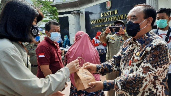 Warga Tertib Protokol Kesehatan di Kota Semarang Diberi Vitamin Gratis