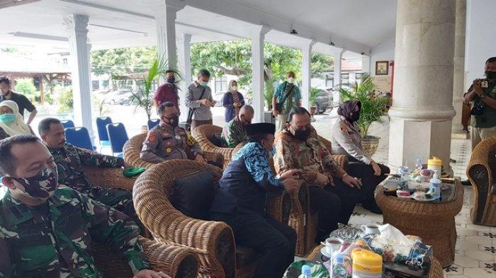 Wali Kota Tegal Dedy Yon dan Wakilnya Terlihat Mulai Berbincang Akrab