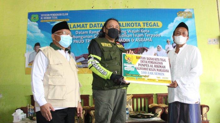 Wali Kota Tegal Dedy Yon Serahkan 100 Sak Semen untuk Pembangunan Ponpes Yayasan Al Hikmah