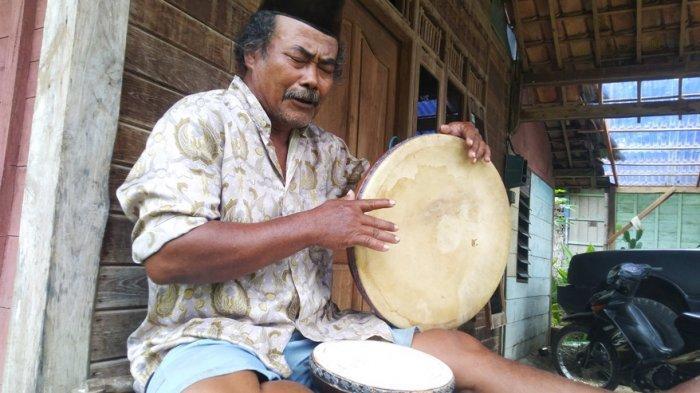Yanuri, Seniman Kentrung Blora Perapal Kisah Para Nabi, Matanya Terpejam dengan Terbang di Tangan