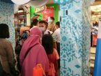 antrean-pengunjung-yang-hendak-berbelanja-di-yogya-mall-pemalang-di-mana-petu.jpg