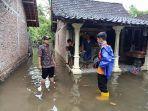 banjir-menggenangi-jalanan-di-desa-wonosari-patebon-kamis-422021.jpg