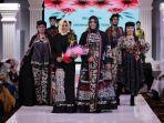 busana-dari-kain-goyor-dan-batik-tegal-dipamerkan-dalam-indonesia-hijab-walk.jpg