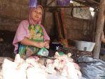 enjual-ayam-di-pasar-batang-saat-melayani-pembeli-rabu-1442021.jpg
