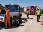 evakuasi-kecelakaan-bus-sudiro-tungga-jaya-kecelakaan-bus-tol-pemalang-kecelakaan-tol-1.jpg