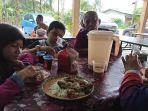 keluarga-azam-mahat-menbikmati-hidangan-di-salah-satu-rumah.jpg