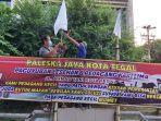 paleska-jaya-pkl-tegal-kibarkan-bendera-putih-demo-ppkm.jpg