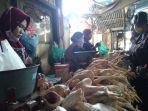 pedagang-ayam-potong-di-pasar-kota-kendal-melayani-pembeli-rabu-1442021.jpg