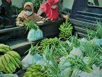 pembeli-sedang-memilah-sayuran-milik-pedagang-yang-biasanya.jpg