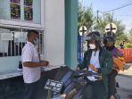 pengunjung-sedang-melakukan-pembayaran-tiket-masuk-objek-wisata-pantai-alam.jpg