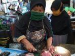 penjual-daging-sapi-di-pasar-suradadi-kabupaten-tegal-ruminah-terlihat-sedang-m.jpg