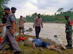 petugas-polisi-dan-tni-saat-mengevakuasi-mayat-pria-yang-ditemukan-mengapung.jpg