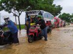 ruas-jalan-nasional-buntu-sumpiuh-banyumas-ang-lumpuh-akibat-banjir.jpg
