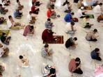 salat-berjamaah-di-masjid-dengan-protokol-kesehatan-dan-jaga-jarak.jpg