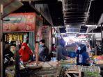 sejumlah-pedagang-dan-pembeli-di-pasar-tradisional-kota-kendal-memadati-pasar-m.jpg
