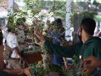 sejumlah-penggemar-bonsai-sedang-mengamati-cara-merawat-dan-membentuk-po.jpg