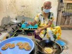 taryuni-saat-sedang-membuat-jajanan-tradisional-khas-tegal-kue-cucur.jpg