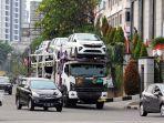 truk-pengangkut-kendaraan-baru-dari-pabrik-melintas-di-kaw.jpg