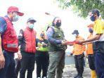 wali-kota-tegal-dedy-yon-supriyono-menyerahkan-bantuan-bagi-warga-terdampak.jpg
