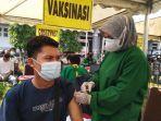 warga-mengikuti-vaksinasi-covid-19-dosis-pertama-di-stadion-kendal.jpg