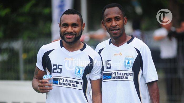 Gerald Pangkali (kanan) dan Titus Bonai (kiri) sesama masih memperkuat tim Persipura Jayapura.