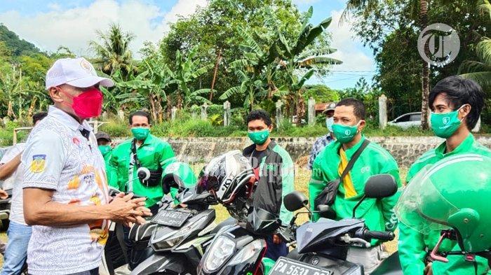 PON XX PAPUA 2021 - Benhur Tomi Mano saat berdiskusi dengan pengendara roda dua (GoJek) yang merupakan moda transportasi umum yang disiapkan guna sukseskan PON XX Papua di Kota Jayapura.