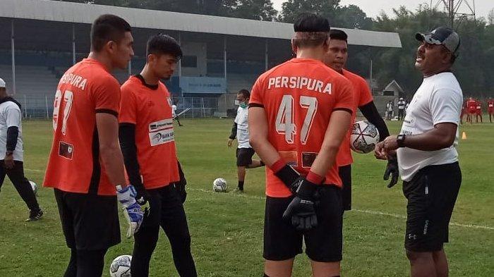 Para pemain Persipura saat menjalani latihan rutin jelang hadapi laga selanjutnya di kompetisi BRI Liga 1 musim 2020/2021.