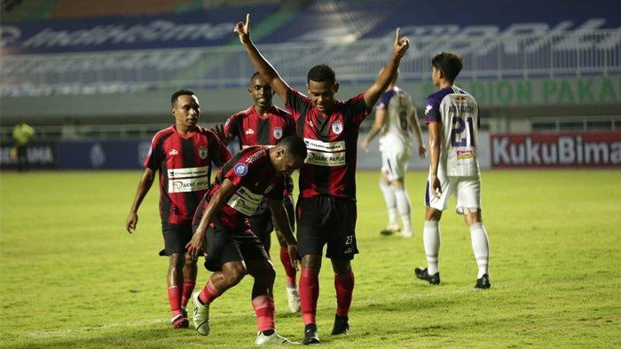 Para pemain Persipura saat merayakan gol penyama kedudukan dari Ramai Rumakiek dalam lanjutan kompetisi BRI Liga 1 musim 2020/2021 di Stadion Pakansari, Cibinong, Kabupaten Bogor, 28 Agustus 2021 lalu.