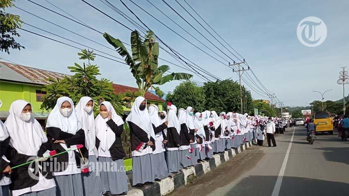 BREAKING NEWS: Jadi Pagar Hidup, Sejumlah Pelajar Antusias Saksikan Jokowi di Sorong