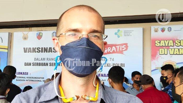 Pria Asal Kanada Rela Antri Demi Vaksin Gratis di Bandar Udara Theys Eluay Sentani Jayapura