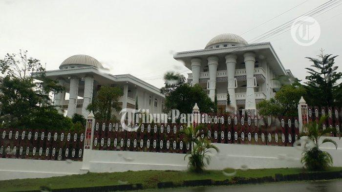 Gubernur Papua Lukas Enembe Tiba di Gedung Negara Jayapura