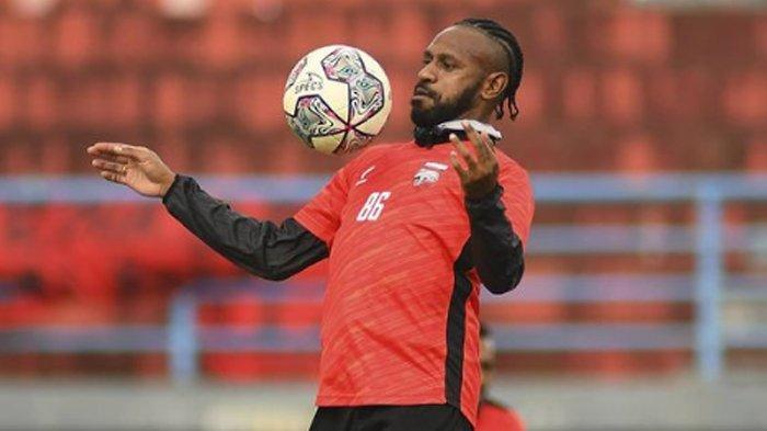 Boaz Solossa saat menjalani latihan bersama tim Borneo FC.