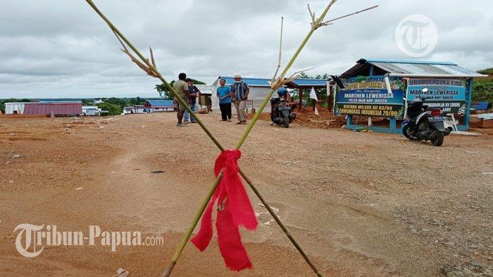 Sejumlah masyarakat pemilik hak ulayat, memalang tempat pemakaman pasien Covid-19 di Kota Sorong, Papua Barat.