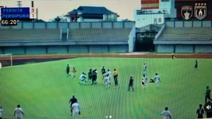 Ricuh, Persipura Kalah 3-1 dari Persita, Jacksen F Tiago Kecewa: Kita Introspeksi untuk AFC - 13062021_ricuh_persipura_vs_persita-tangerang.jpg