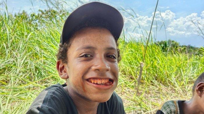 KUNYAH PINANG - Gibe Doyapo (12) di Kampung Abar Kabupaten Jayapura, Papua, menceritakan pengalaman masing-masing saat mencoba mengkonsumsi pinang pertama kalinya.
