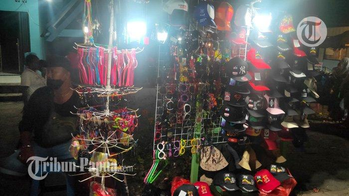 Pedagang Pernak Pernik di Stadion Lukas Enembe, Jajakan Topi PON Hingga Gelang yang Bisa Tulis Nama