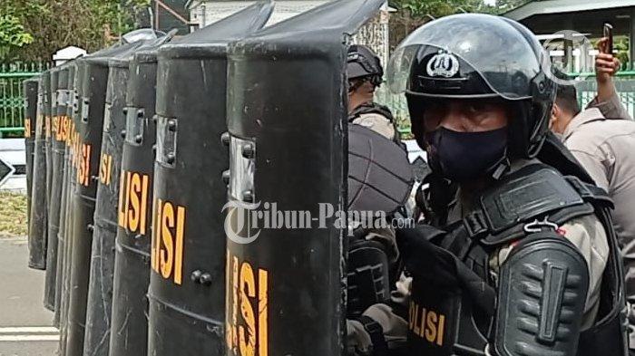 Aparat kemanan saat melakukan pengamanan kepada para pendemo tolak Otsus di Manokwari, Papua Barat, Kamis (15/7/2021).